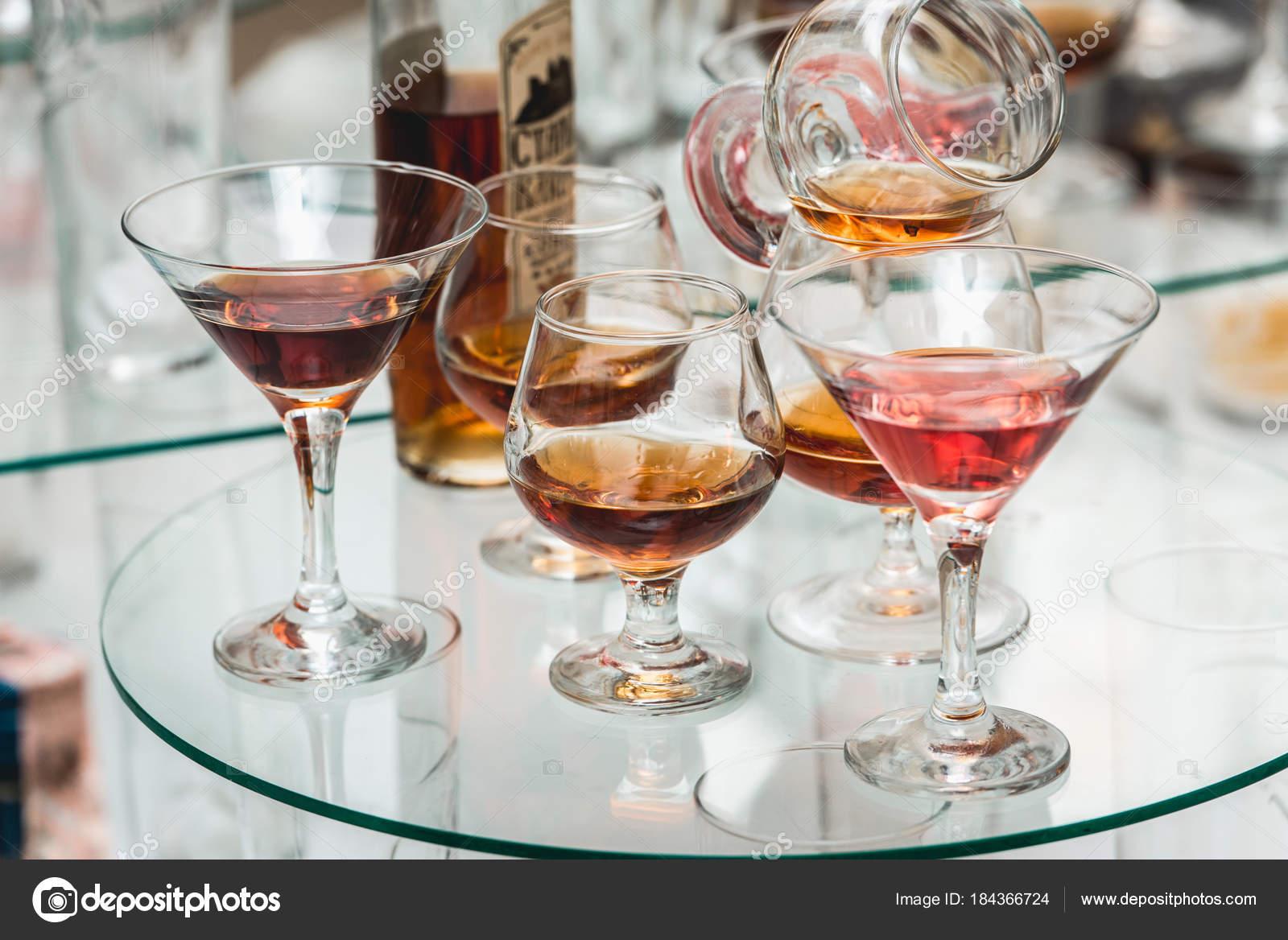 verschiedene alkoholische Getränke auf einem Glas-Ständer. Wein ...