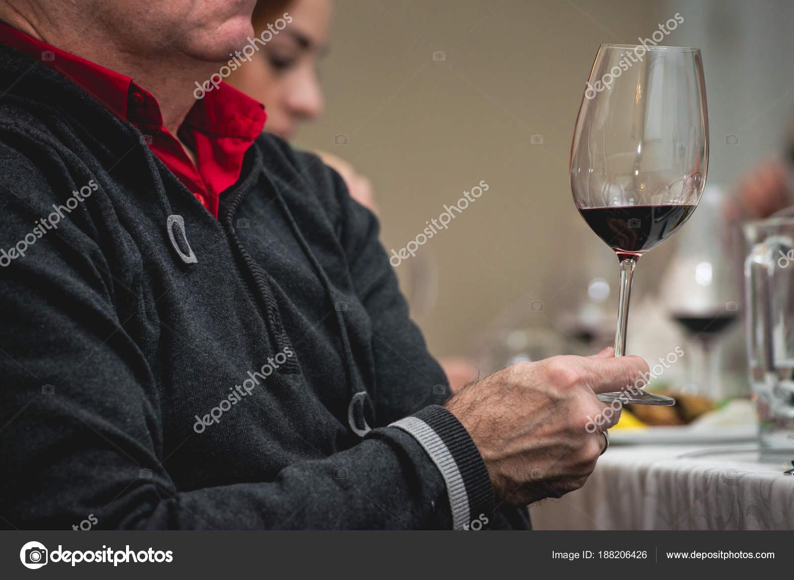 Mann Hält Glas Rotwein Menschen Betrachten Die Farbe Des Weins Und