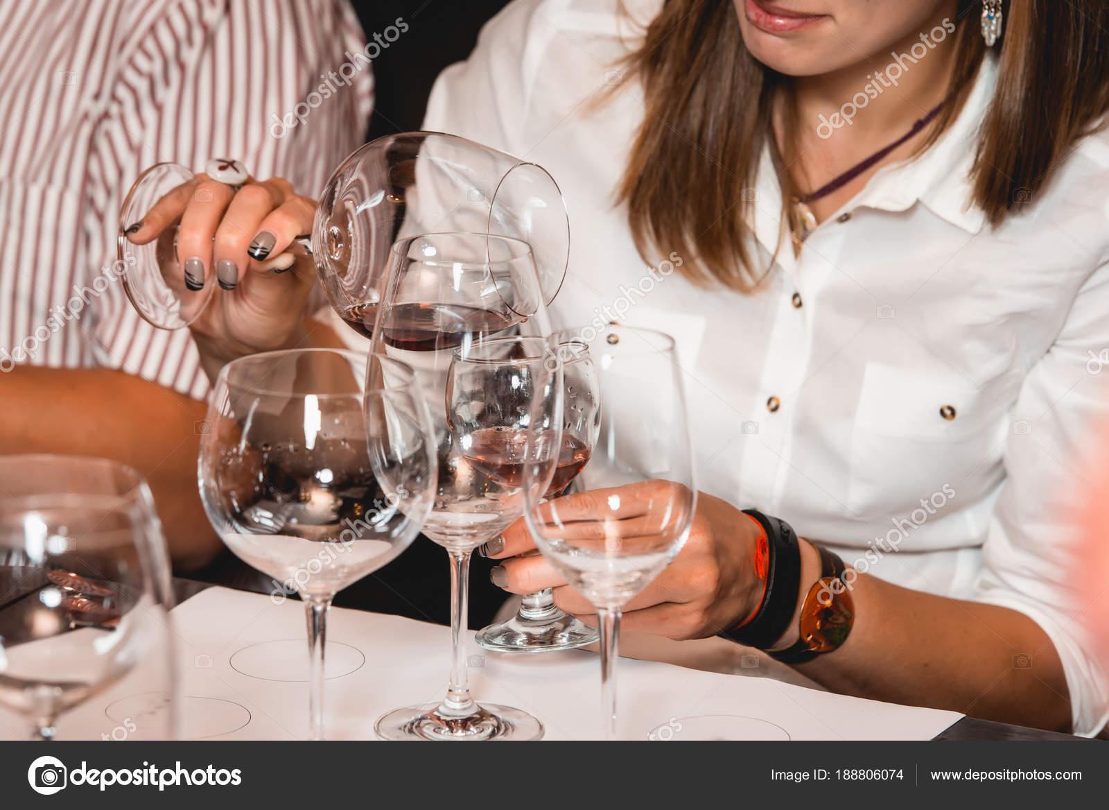 Frau Hält Glas Wein Menschen Betrachten Die Farbe Des Weins Und