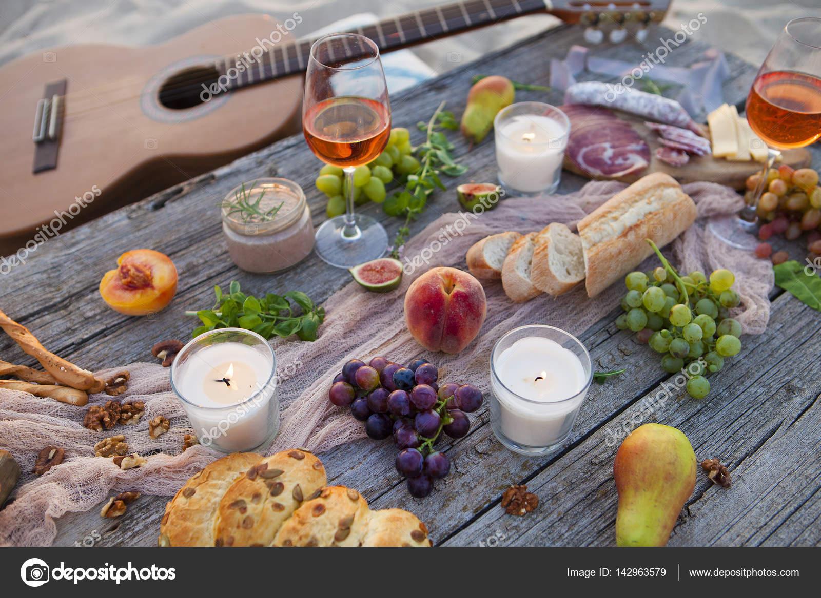picknick am strand bei sonnenuntergang im boho stil essen und trinken konz stockfoto. Black Bedroom Furniture Sets. Home Design Ideas