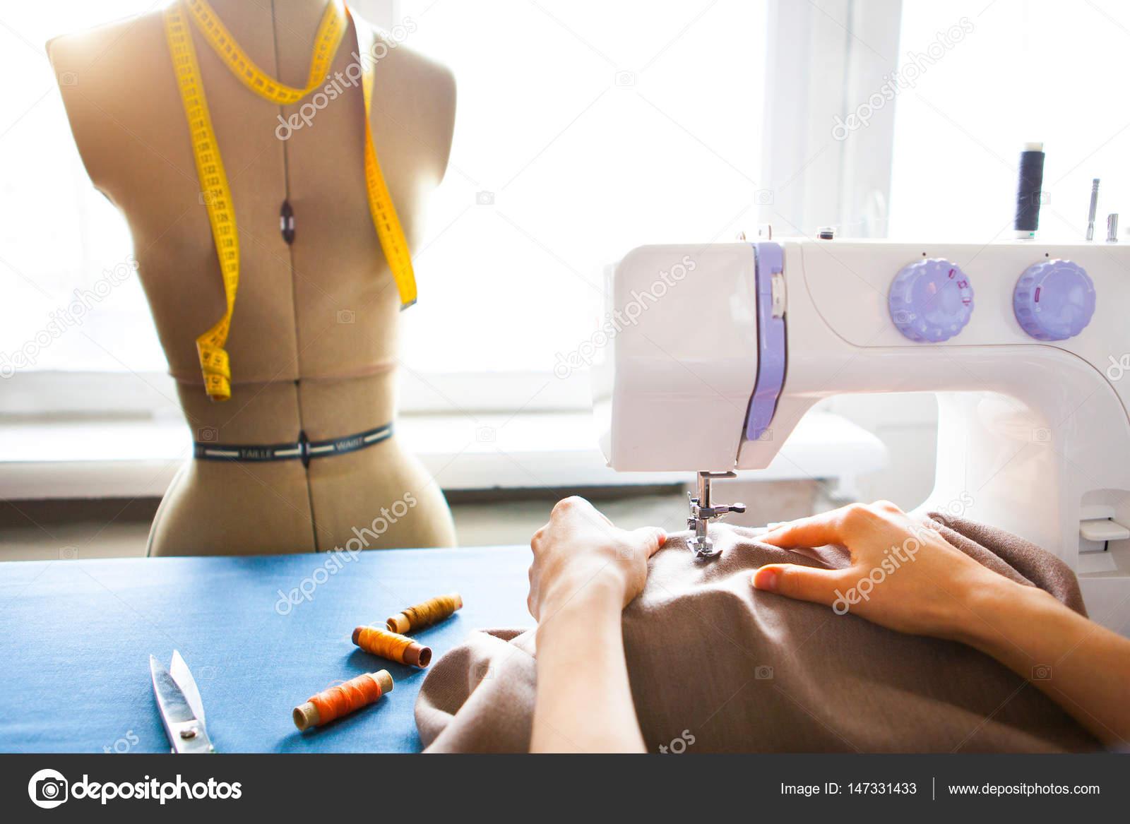 Sastre mujer trabajando en maquina de coser. Manos. de cerca ...