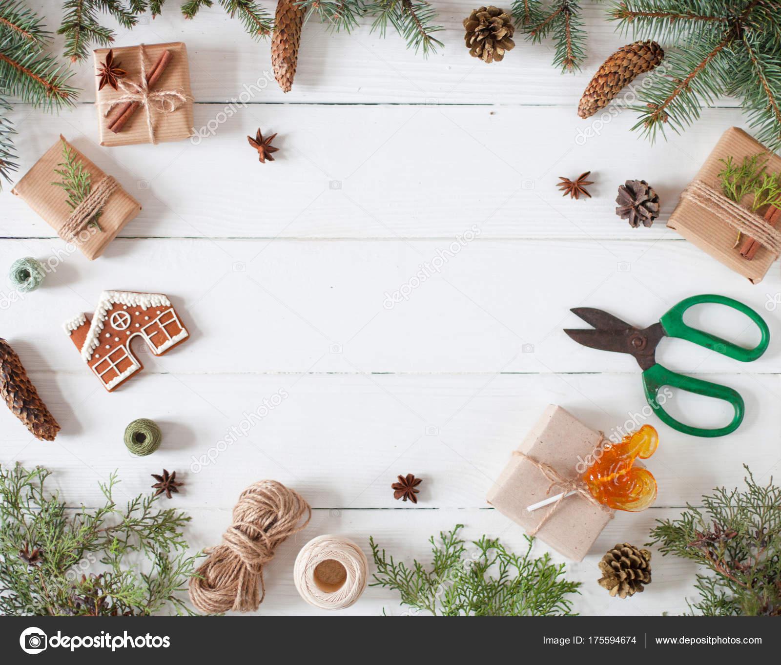 Composición de Navidad. Regalo de Navidad, manta de punto, de pino ...