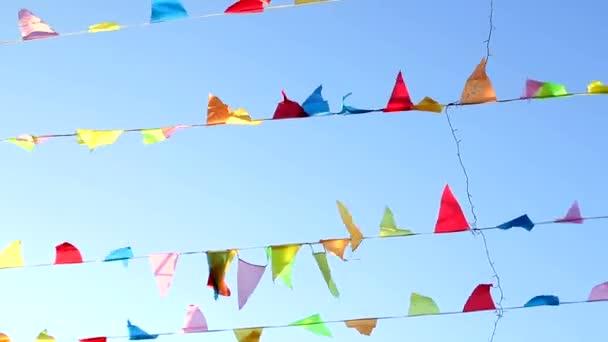 Pennant repül a szél, aranyos szilárd blu sky háttérrel.