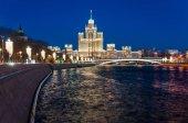 Moscow, Oroszország - január 9-én 2018-ban: Kilátás a Sztálin felhőkarcoló Kotelnicheskaya a Moszkva-folyó töltésén este. Ünnepi kivilágítás