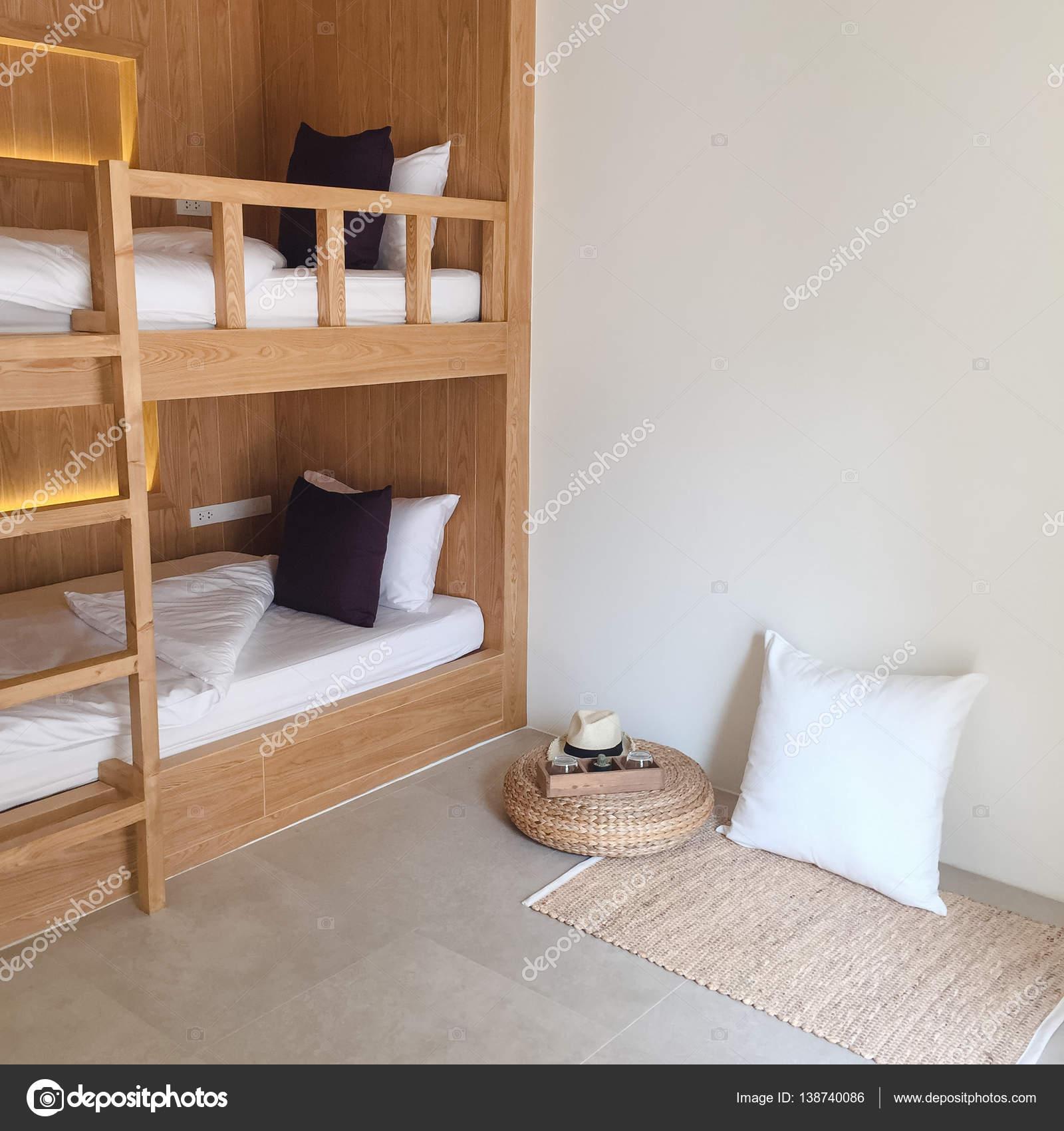 Albergue limpio habitaciones con literas de madera — Fotos de Stock ...