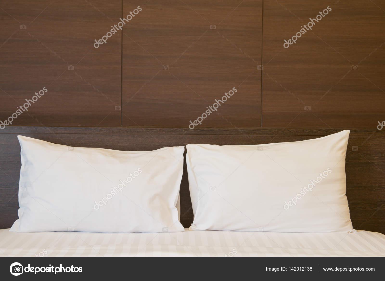 Schlafzimmer in weichen hellen Farben. großes bequemes Doppelbett im ...