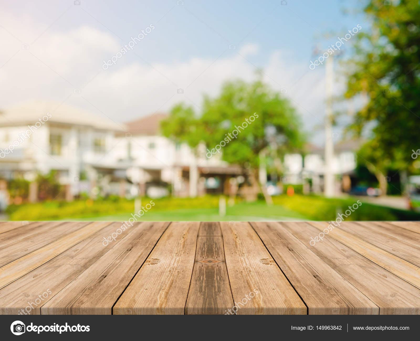 Table en bois vide haut sur flou abstrait vert du jardin et ...