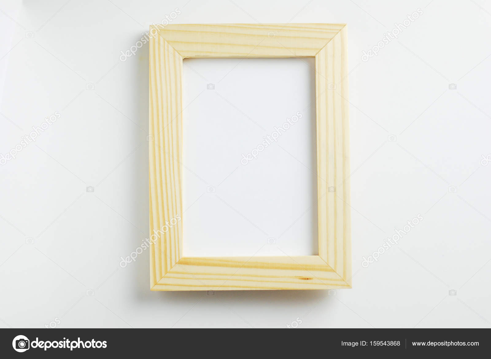 Mock up marco cartel de madera en blanco, colgar en la pared blanca ...