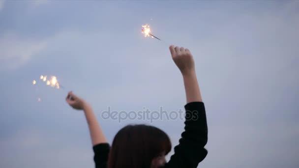 A kültéri lövés a fiatalok tetőtéri partin. Boldog ázsiai nők élvezik, és játszani csillagszóró tető felső fél a naplementét este. Ünnepi ünnep ünnepi buliba. Tizenéves életmód fél.