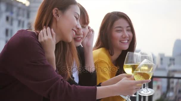 Colpo esterno di giovani persone tostatura bevande a una festa sul tetto. Giovani asiatici ragazza amici uscire con bevande. Festa celebrazione festiva. Festa adolescente lifestyle. Libertà e divertimento allaperto