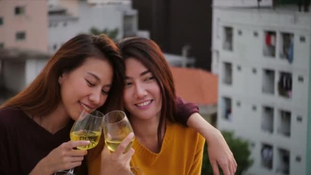 Лесби на вечеринке видео, порно будка со скрытой камерой