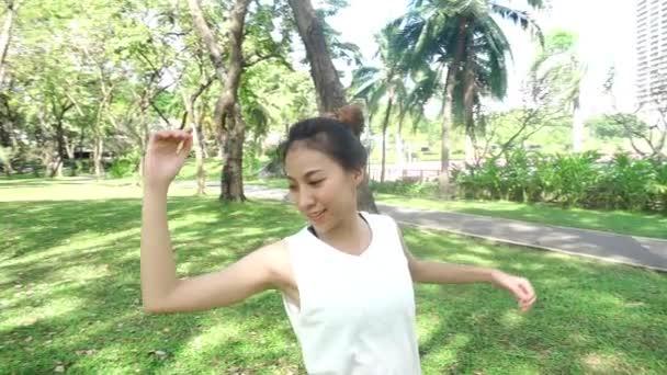 Slow motion - mladé Asijské žena jógu venku zachovejte klid a medituje při cvičení jógy, aby prozkoumala vnitřní mír. Jóga a meditace mají dobrý přínos pro zdraví v parku. Koncept životní styl jógy