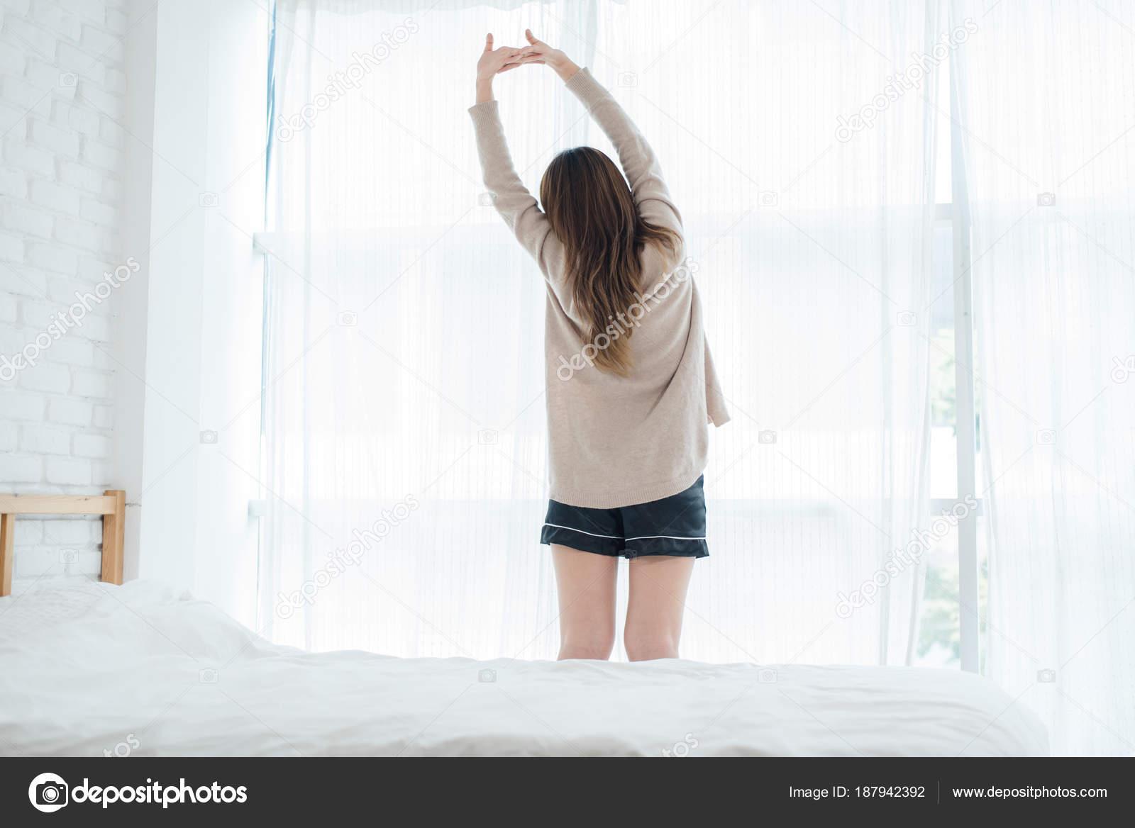 Morgens Ne Fenster Im Schlafzimmer | Ruckansicht Des Gerne Schone Junge Asiatische Frau Morgens Aufwachen