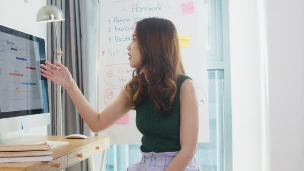 Asie mladá žena učitel angličtiny videokonference při pohledu na rozhovor s kamerou webkamera učit se učit v online chatu doma. Vzdálené vzdělávání, sociální distancování, karanténa pro prevenci koronového viru.