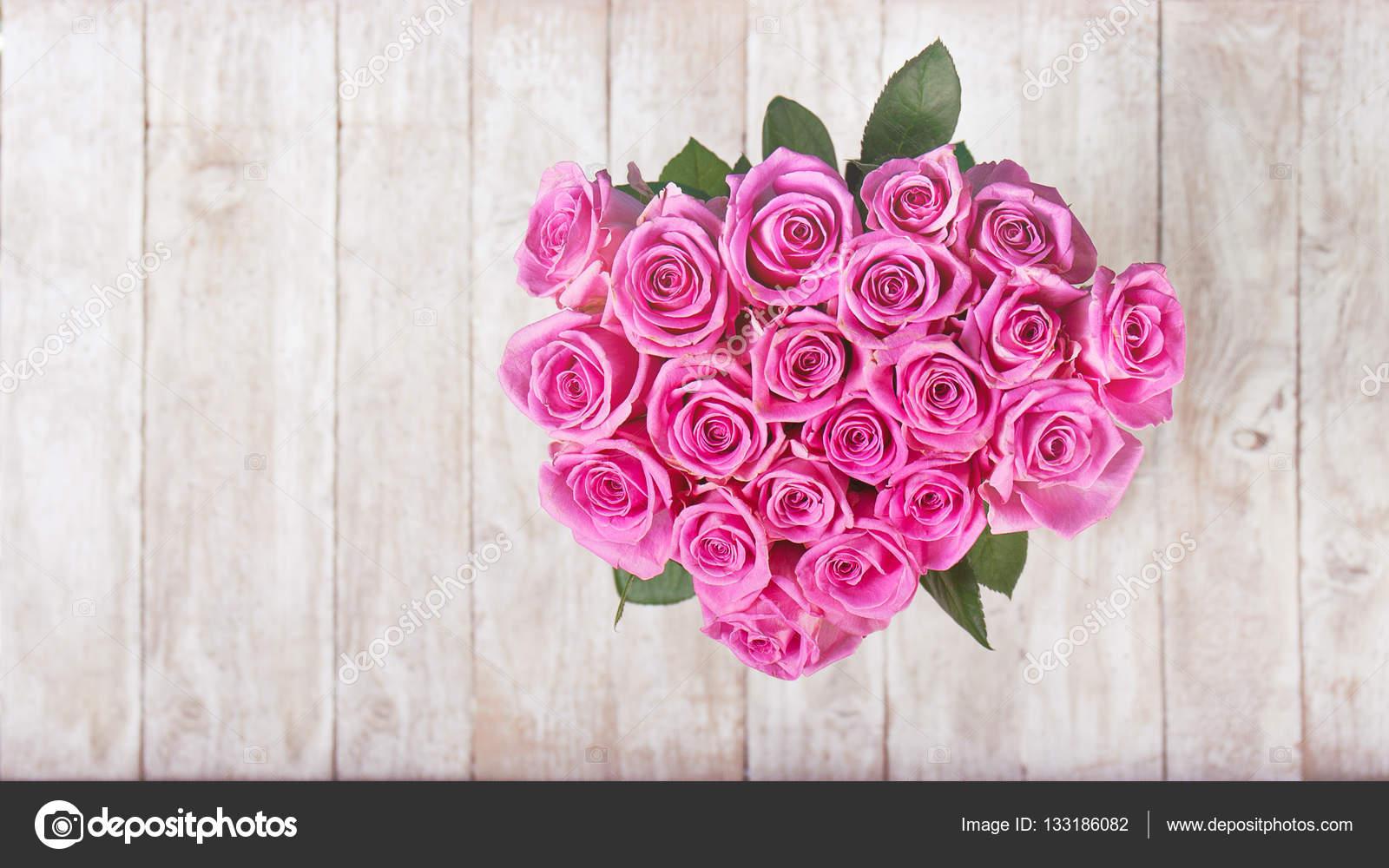 Beau bouquet de roses roses en forme de coeur sur fond en bois photographie nerudol 133186082 - Bouquet de roses en forme de coeur ...