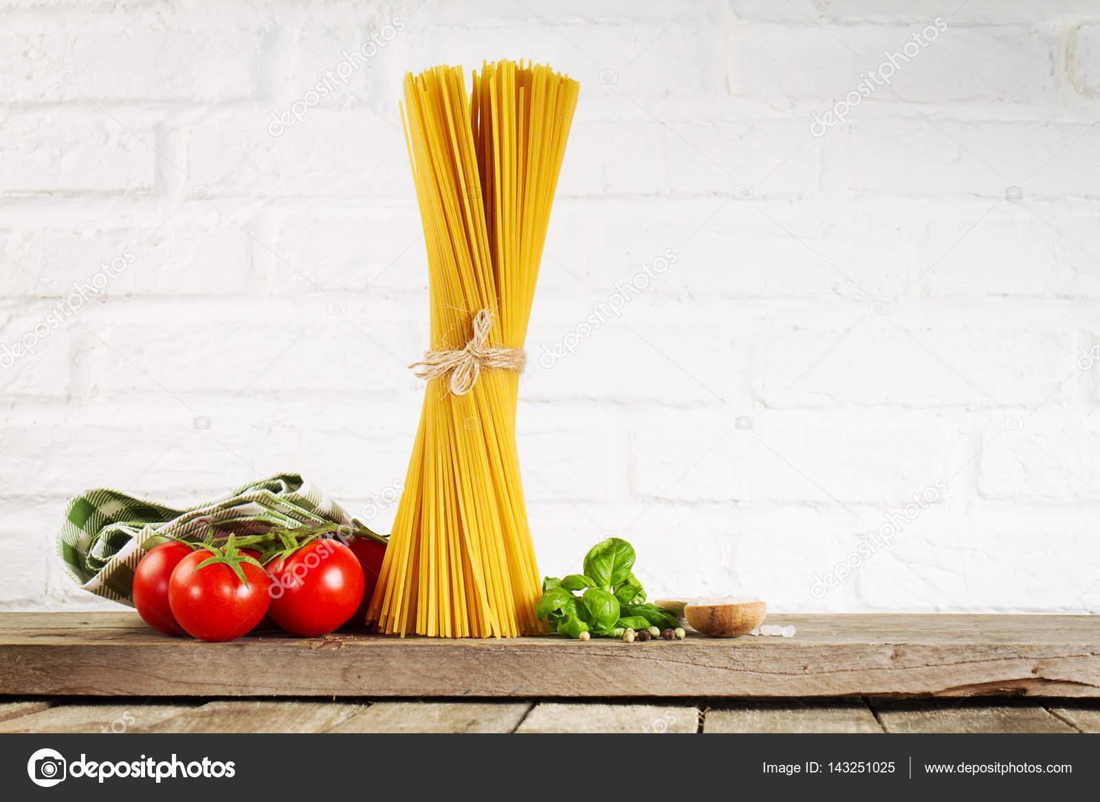 Leckere frische bunte italienisches Essen rohen Spaghetti auf ...