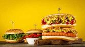 Chutné klasické tradiční hot dog na dřevěné desce.