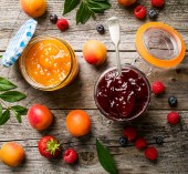 Photo Tasty fruit red strawberry berry jams in glass jar with fruits