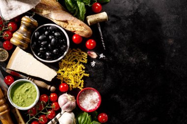 Koyu arka plan üzerinde lezzetli taze iştah açıcı İtalyan Gıda katkı maddeleri