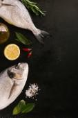 Dorado hal, és különböző fűszerek a fekete asztal