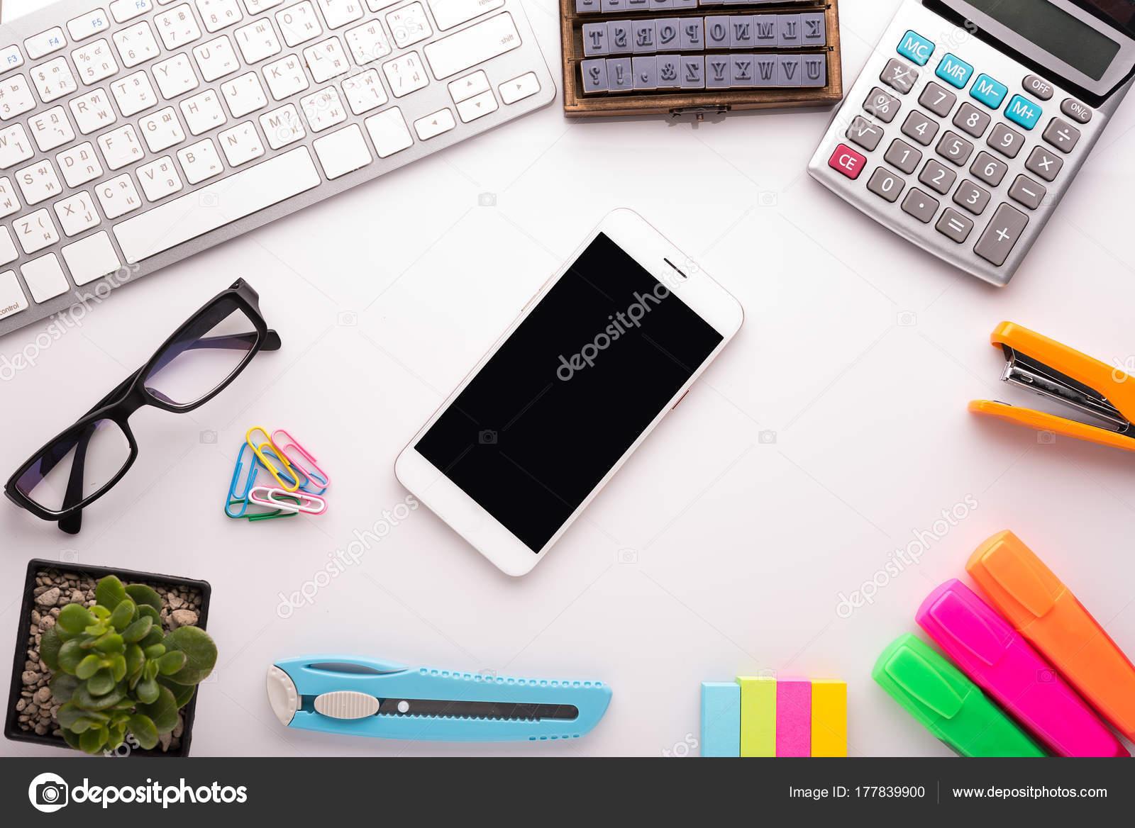 Tavolo scrivania ufficio bianco con accessori per la scuola con