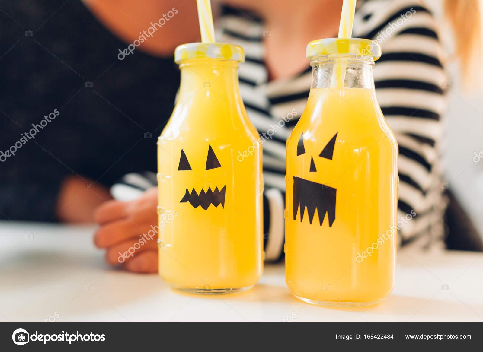 Halloween dekoriert Flaschen Getränke — Stockfoto © kikovic #168422484