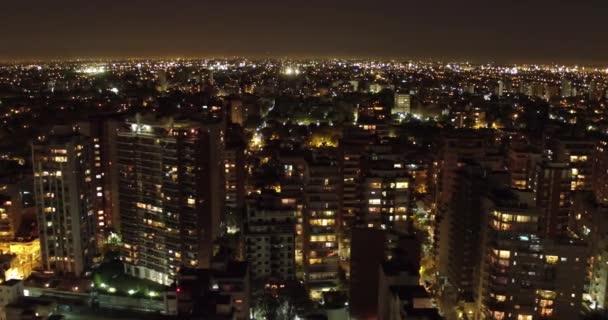 Antenne Stadt Nacht reisende Kamera seitlich bewegt, Gebäude Ansicht