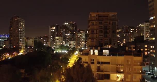Antenne Kleinstadtszene, Kamera hebt, fährt vorwärts und schwenkt nach unten