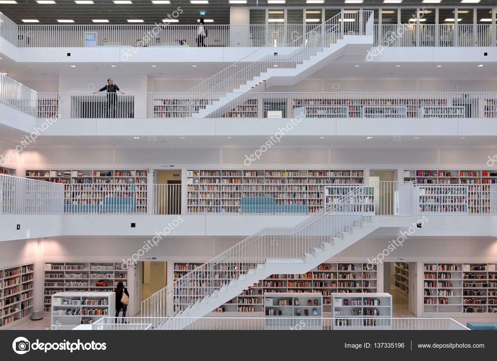 Biblioth que moderne stuttgart photo ditoriale for Foto di sale moderne