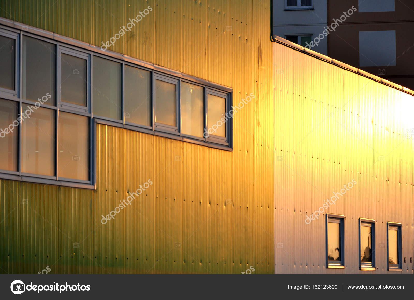 moderne bâtiment industriel à la lumière du soleil — photographie