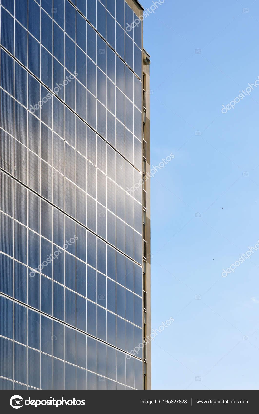 Grande pannello solare sulla parete foto stock for Immagini pannello solare