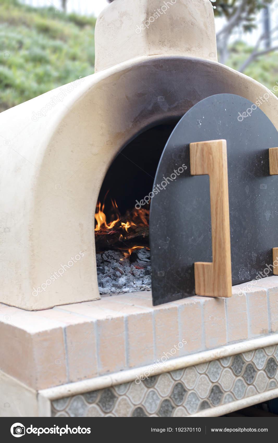 Forno pizza fatta di mattoni, cemento e piastrelle essendo ...