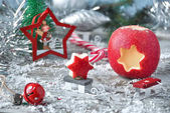 Vánoční jablko s selektivní fokus na dřevěný povrch. Nový rok