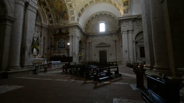 Interiér kostela ve městě Montepulciano