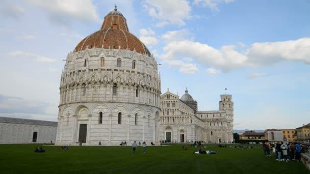 Turisták közelében Pisa cathedral