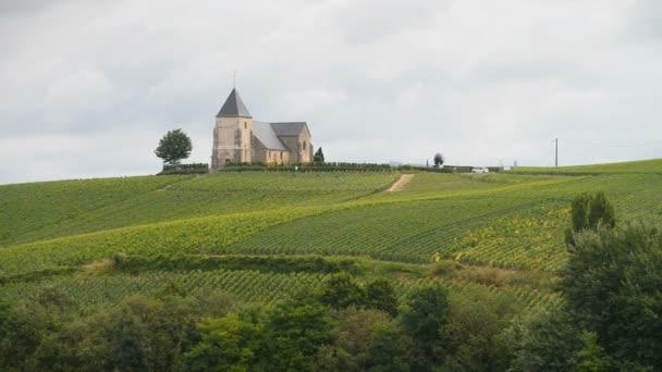 Šampaňským vinicemi a kostelík na kopci