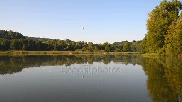 Vyhlídkové lety balónem nad jezerem