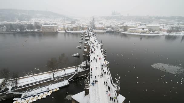 Praha s Pražským hradem v pozadí v zimě