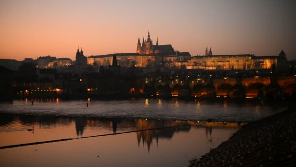 Západ slunce nad Pražský hrad a Karlův most