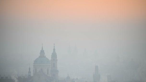 Kostel svatého Mikuláše, východ slunce nad Prahou