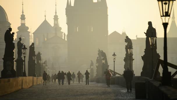 turisté na Karlově mostě v Praze
