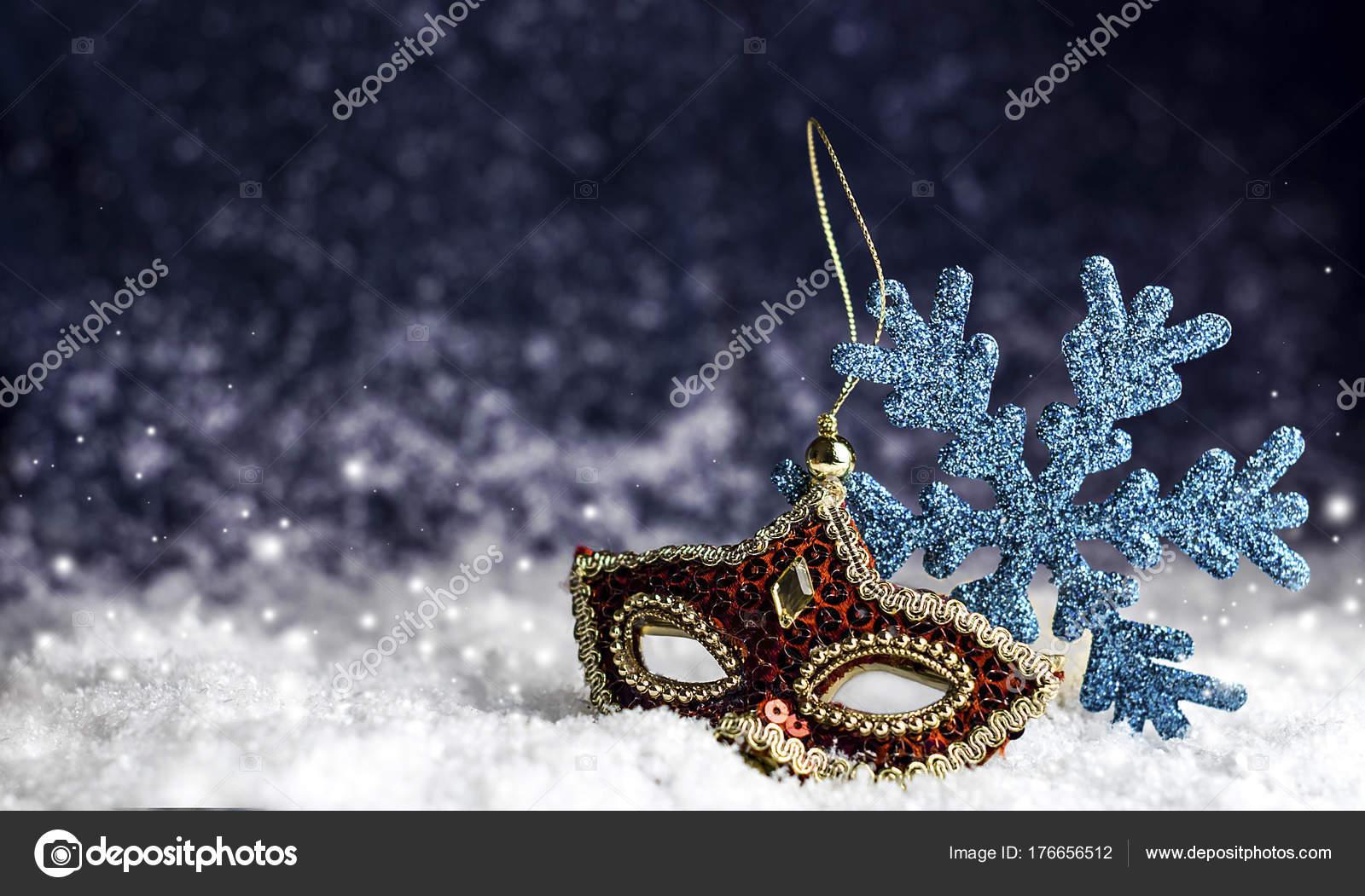 acquista il più recente liquidazione a caldo miglior grossista Maschera di Carnevale rosso nella neve — Foto Stock ...