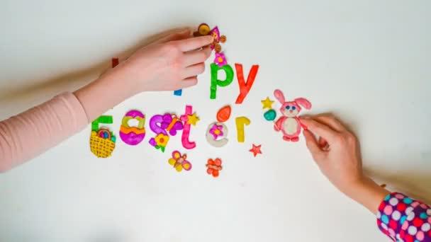 Děti se dovolená nápis z plastelíny a konfety Veselé Velikonoce, zastavení pohybu