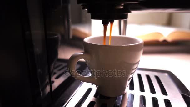 Öntenek egy csésze kávéfőző kávé