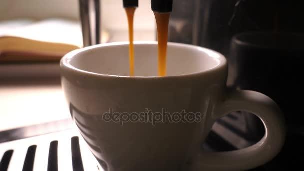 Cinemagraph. Kávé öntenek egy csésze kávéfőző, videóinak hurok