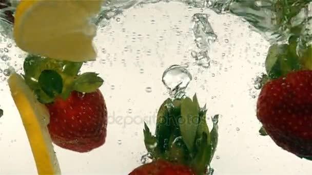 čerstvé zralé bobule a plody lze rozdělit do minerální vody, zpomalené