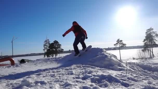 snowboard zpomalené, snowboardista skákat backflip, procházející nad hlavou
