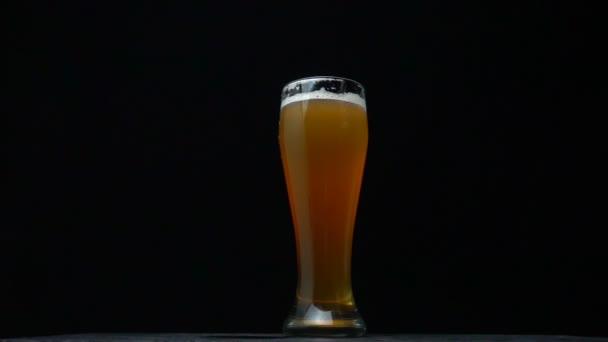 Auto padá do sklenice s alkoholem na černém pozadí, koncepce bezpečnosti silničního provozu, zneužívání alkoholu, řízení pod vlivem alkoholu, zpomalení