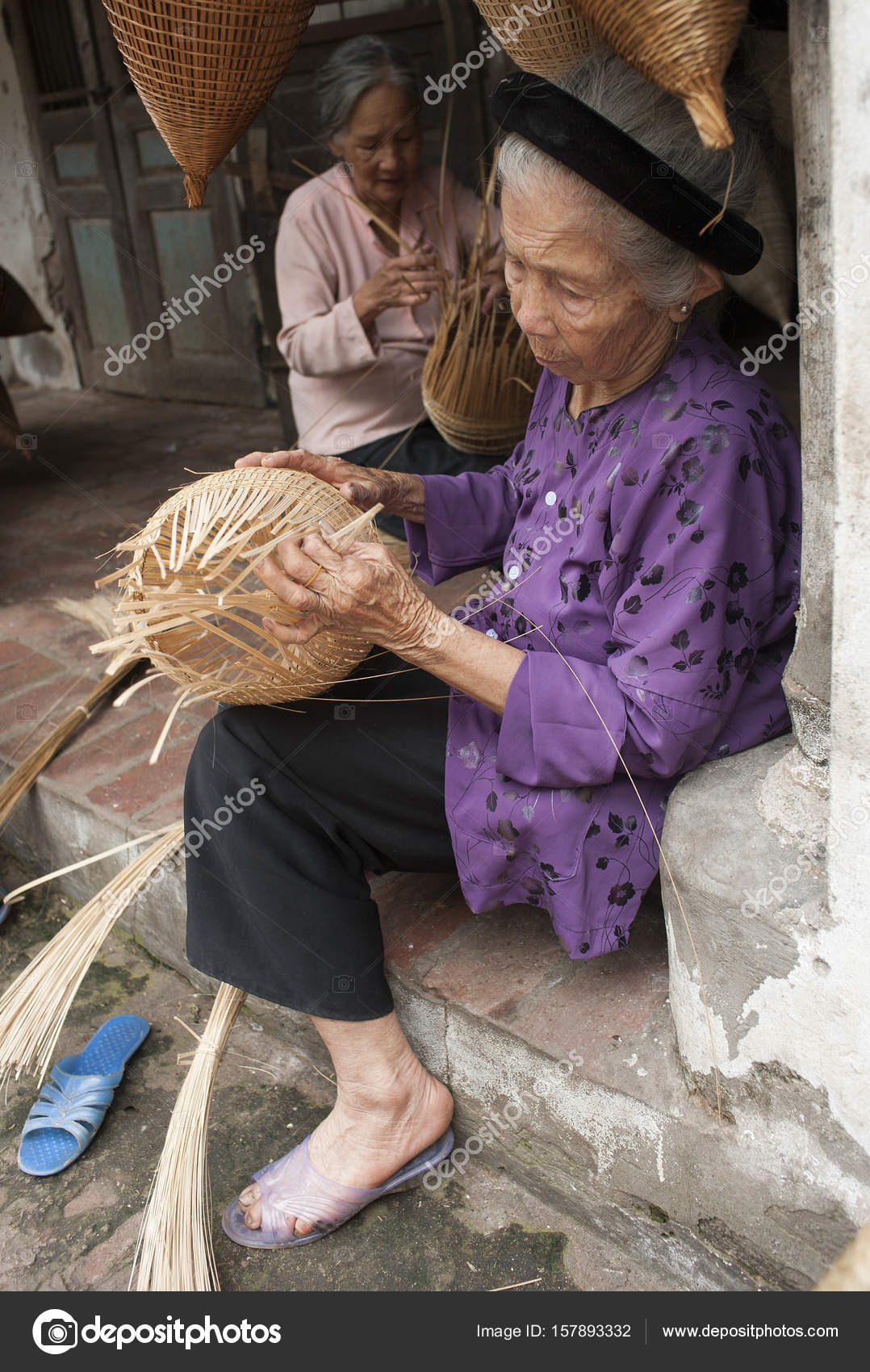 f6ec45abc6aa Βιετναμέζικα-masters καθιστώντας Μπαμπού χειροτεχνίας προϊόντα για τη  διατήρηση μιας παραδοσιακής χειροτεχνίας σε ένα τοπίο του Βιετνάμ. Έννοια  της ζωής στο ...