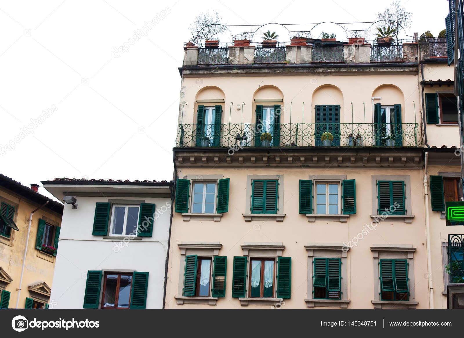 Casa italiana con persiane verdi a firenze foto stock for Casa italiana